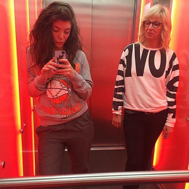 Lorde Looking Hot In Elevator Selfies